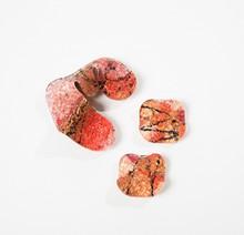 Anonyme  Demi parure en résine multicolore composée d'une broche et d'une paire de clips d'oreilles.