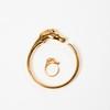 HERMES Paris made in France  Lot composé d'un bracelet jonc ouvrant et une bague ouvrante en métal doré figurant une tête de cheval. Diamètre : 7cm. T.52.