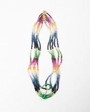 Anonyme  Collier cinq rangs composé de racines de perles semi précieuses multicolore, fermoir en argent doré.