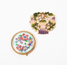 G.L, Anonyme  Lot comprenant une broche circulaire faite d'émaux à motif floral dans un entourage de métal doré, l'autre en métal émaillé à motif Art -Nouveau.