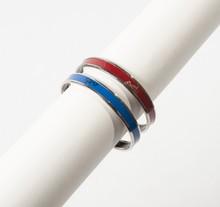 HERMES Paris made in Austria  Ensemble composé de deux bracelets jonc en palladium rehaussés d'émail bleu roy et bordeaux, agrémentés de calèches. Diamètre: 6,5cm.