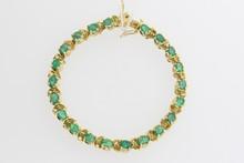 Bracelet en or orné d'une ligne d'émeraudes. P. 18g