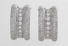 Paire de boucles d'oreilles en or gris ornées de lignes de brillants épaulées de deux pavages de brillants. P. 15g