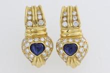 Paire de clips d'oreilles en or ornés de cabochons de saphir dans un pavage de brillants. P. 10,3g