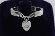CARTIER. Bague en or gris ornée d'un caeur mobile serti d'un diamant. P 3,8g (ECRIN)