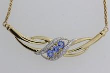 Collier en or orné d'un motif serti de saphirs et de brillants. P 9,2g