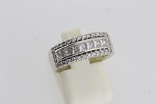 Bague en or ornée d'une ligne de diamants princesses entre deux lignes de brillants (1,5ct env.). P 7,4g