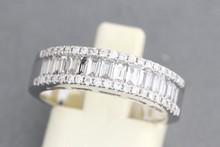 Bague en or gris ornée d'une ligne de diamants baguettes entre deux lignes de brillants. P. 4,1g