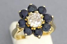 Bague «fleur» en or ornée d'un diamant central (0,85ct env.) dans un entourage de saphirs. P 5,8g