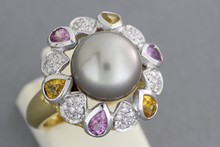 Bague en or ornée d'une perle grise dans un entourage de saphirs jaunes et roses taillés en poire et de brillants. P. 10,4g