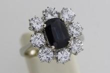 Bague en or ornée d'un saphir (3,14cts) entouré de diamants. P 6,4g
