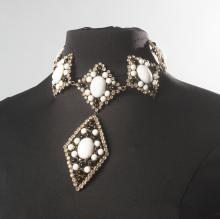Roger SCEMAMA (attribué à)  Collier en métal doré formant des plaques de formes losanges en mtal doré serti de cabochons en pâte de verre blanche, noire dans un entourage de strass, un pendentif souligne le centre du collier, nous y joignons deux paires de pendants d'oreilles suite à une transformation