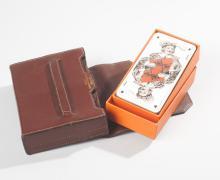 HERMES 24 Fbg St Honoré, HERMES Paris made in France  Porte deux jeux de cartes en cuir marron, rabat sur languette, nous y joignons un jeu de tarot dans sa boîte d'origine, tranche argent. Bon état.