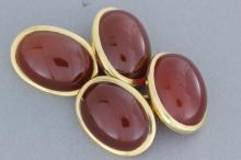 Paire de boutons de manchettes en or ornés de cabochons de cornaline.