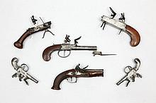 Paire de pistolets double, à coffre à silex, tout fer. Canons ronds en table, séparés, à balle forcée, à bourrelet aux bouches et à pans aux tonnerres. Coffres gravés «London». Pontets en fer décorés au trait. Crosses en fer gravé de rinceaux