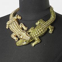 Carlos ZINI    Magnifique collier articulé en métal argenté représentant deux crocodiles vernissé jaunes, vert rehaussé de strass à l'imitation béryl, retenue par une chaîne entrecoupé de cabochons à l'identique Signé.