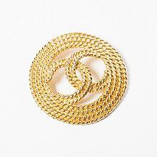 CHANEL    Broche en métal doré figurant un cordage siglé en son centre.