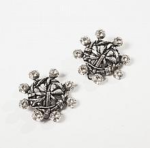 Christian LACROIX    Paire de clip d'oreilles en métal argenté représentant un gouvernail sertis de strass à l'imitation brillant. Signé.