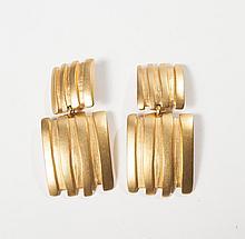 Nina RICCI    Paire de pendants d'oreilles en métal doré gravé à mouvement géométrique. Signé