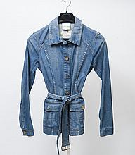 CELINE    Veste d'inspiration sahariene en denim bleu petit col simple boutonnage deux poches plaquées arrondies manches longues taille souligné d'une ceinture dos agrementé du sigle brodé de la maison. Taille 38 environ
