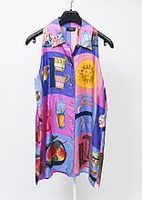 GUCCI    Tunique sans manche en soie imprimée multicolore à motifs divers, petit col, simple boutonnage à six boutons.