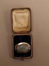 Opalbrosche - glatt polierte ovale GG-Fassung gestempelt 333, großer Opal c