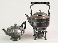 Teekanne- versilbert um 1910 mit Perlrand auf Rechaud, Eschenholz-Henkel, H
