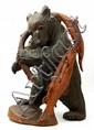 Sculpture en bois reprèsentant un ours avec deux