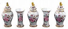 Piccola ed elegante serie di cinque vasetti