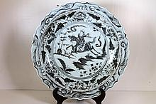 [CHINESE]A MING DYNASTY STYLED BLUE AND WHITE PORCELAIN PLATE PAINTED WITH FIGURES W:15.5