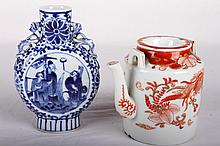 [CHINESE]A SET OF LATE 19TH CENTURY BLUE AND WHITE PORCELAIN VASE AND IRON RED GLAZED PORCELAIN TEA POT PAINTED WITH FIGURES AND PHOENIX (2 ITEMS)(MEASURED WITH THE LARGEST ITEM) L:5