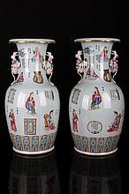 [CHINESE]A PAIR OF LATE 19TH CENTURY FAMILLE ROSE PORCELAIN VASE WITH HANDLE PAINTED WITH FIGURES W:8