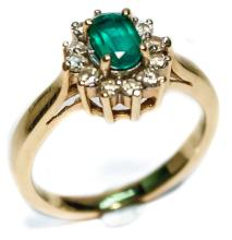 CLUSTER OLD SCHOOL WEDDING BAND WITH AN EMERALD