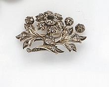 Broche  en or rose et argent ciselé stylisant une branche fleurie rehaussée de diamants taillés en rose.  Début XIXe siècle Poids Brut : 16,81 g.