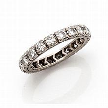Une alliance en or gris (18K 750‰) sertie sur son tour de 20 diamants taill