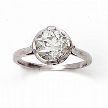 Un solitaire en platine sertissant par des griffes cardinales un diamant de