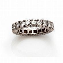 Une alliance en or gris (18K 750‰) sertissant sur son tour 21 diamants bril