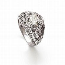 Une bague en platine ornée en son centre d'un diamant pesant environ 1 cara