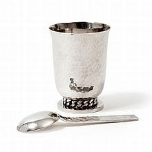 Jean DESPRÉS    Une timbale en métal argenté martelé, à décors de g