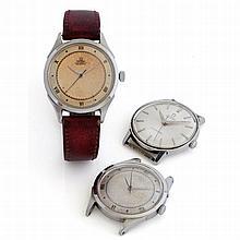Omega, lot de 3 montres, vers 1950.    Un lot de 3 montres acier: d