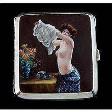 Une belle boîte à cigarettes érotique émaillée polychrome.