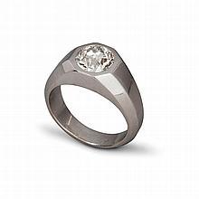 Une bague en platine (900‰) l'anneau à pans coupés orné en son centre d'un diamant de taille ancienne pesant environ 1,50 carat dans un serti octogonale.