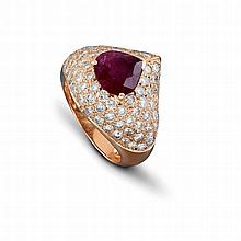 Une bague en or jaune (18K, 750‰) orné d'un pavage de diamants taille brillant sertie en son centre d'un rubis taillé en forme de cœur.