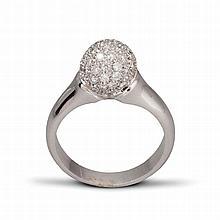 Une bague en platine (900‰) l'anneau surmonté d'une boule pavée de diamants brillantés.