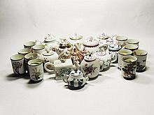 Twelve porcelain tea pots with Chinese decoration and 12 beakers Chelsea-Derby, Venice ao