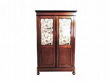 A WillemIII mahogany cupboard with two glass panelled doors 170 x 106 x 37,5 cm.