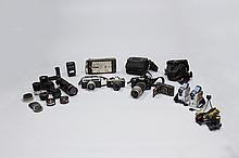 A GROUP OF VINTAGE CAMERAS AND ACCESSORIES