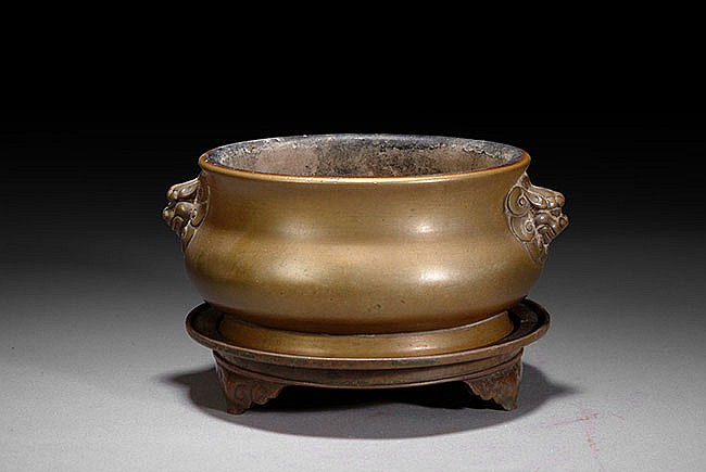 A CHINESE LION HEAD BRONZE CENSER