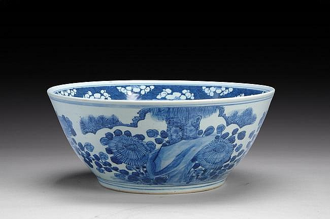 A LARGE CHINESE EXPORT BLUE AND WHITE BOWL