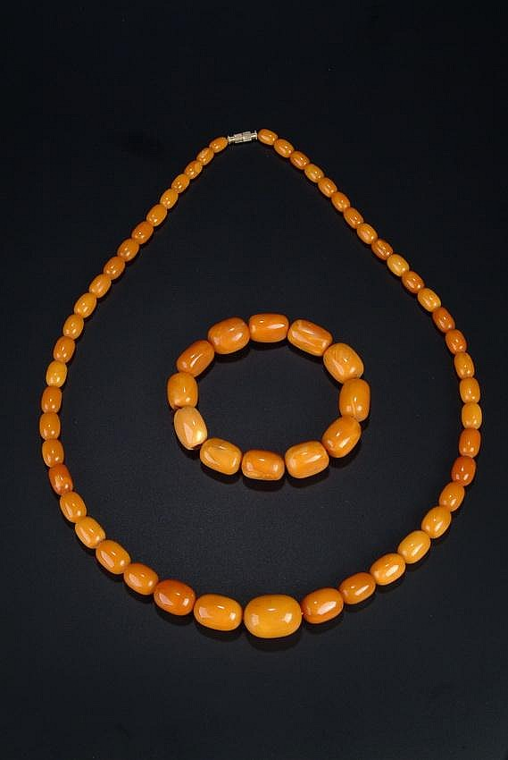 A SET OF BUTTERSCOTCH AMBER NECKLACE AND BRACELET